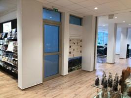 Wandflächen: Patentvlies mit AnstrichAussenecken mit Alu-Eckschutzkanten im Farbton weiß ohne FugeBoden: Designbelag inkl. Fußleisten