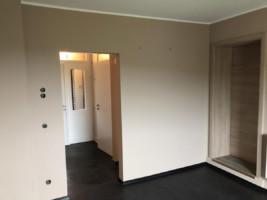 Decken und Wände mit Patentvlies und Anstrich abgetönt.Trockenbauarbeiten Boden: Verlegung mit Designbelag inkl. Fußleisten.